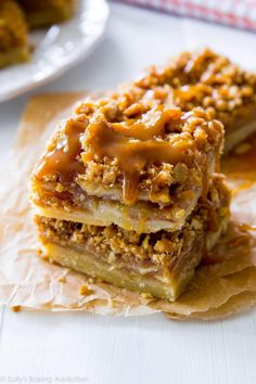 Salted Caramel Apple Pie Bars are mind-blowing delicious! So much easier to make than an entire apple pie, too. Recipe by These Salted Caramel Apple Pie Bars are mind-blowing delicious! So much easier to make than an entire apple pie, too. Salted Caramel Apple Pie, Caramel Apples, Caramel Pie, Vegan Caramel, Caramel Brownies, Caramel Candy, Salted Caramels, Oreo Fudge, Apple Dessert Recipes