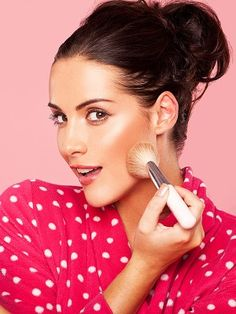 How to keep makeup in the heat The contents Prepare the face for makeup application Makeup starts with applying colors and powders Applying blush and eye makeup Lasting lip makeup Fixing makeup Correction makeup during the day Women year-round Free Makeup, Diy Makeup, Makeup Tips, Best Youtube Makeup Tutorials, Makeup Youtube, Youtube Hacks, Youtube Youtube, Beauty Make Up, Hair Beauty