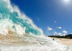 CLARK LITTLE - Essa foto de tirar o fôlego foi feita alguns segundos antes desse surfista ser engolido por uma onda gigante. Ela foi tirada pelo fotógrafo/surfista Clark Little, na praia de Ke Iki, no Havaí. A onda tinha mais de 3 metros de altura, mas, mesmo assim, ele saiu ileso.