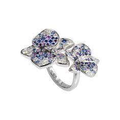 Cartier  Sortija en oro blanco de 18 quilates engastada con 38 diamantes y 88 piedras de colores: zafiros azul claro y azul oscuro, amatistas color p...
