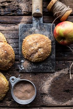 「 I mean, why is everything mini always so cute and delicious? These Sweet Caramelized Condensed Milk Mini Apple Pies are how apple pie needs to be made… 」 Köstliche Desserts, Delicious Desserts, Dessert Recipes, Yummy Food, Mini Apple Pies, Mini Pies, Muffins, Most Delicious Recipe, Half Baked Harvest