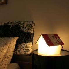 Een leeslamp waarop je een boek kan leggen