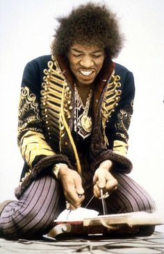 ♡♥Jimi Hendrix restrings his guitar - click on pic to see a full screen pic in a better looking black background♥♡