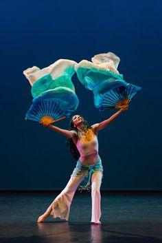 Alina Babayan bailando Danza Oriental en saT! Teatre con abanicos de seda…