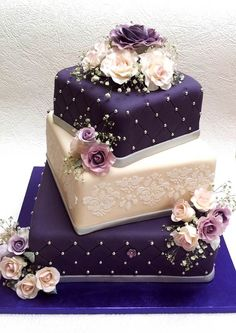 Purple and cream wedding cake with roses Lila und Creme Hochzeitstorte mit Rosen Cream Wedding Cakes, 3 Tier Wedding Cakes, Square Wedding Cakes, Wedding Cake Roses, Purple Wedding Cakes, Amazing Wedding Cakes, Elegant Wedding Cakes, Elegant Cakes, Wedding Cake Designs