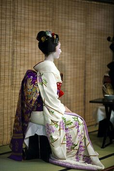 Maiko at a western style tea ceremony wearing wisteria kimono and obi. Kimono Japan, Japanese Kimono, Japanese Lotus, Japanese Patchwork, Yukata, Japanese Outfits, Japanese Fashion, Japanese Beauty, Asian Beauty
