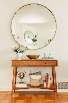 A Historic San Francisco Summer Home Full Of Family History bright and light san francisco apartment entryway styling ideas The post A Historic San Francisco Summer Home Full Of Family History appeared first on Womans Dreams. Farmhouse Side Table, Farmhouse Kitchen Decor, Diy Home Decor, Room Decor, Apartment Entryway, Decorate Apartment, Apartment Lighting, Girls Apartment, Living Room Inspiration