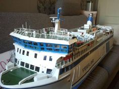 Deze foto ontvingen we van Dicky Buyk - van Wingerden. Er hebben ongetwijfeld heel veel uurtjes gezeten in het maken van dit gedetailleerde model van ms Friesland. Onze complimenten! @rederijdoeksen #msFriesland #veerboot #Terschelling