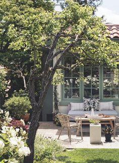 This Garden Guide Will Turn You Into A True Gardenista - Backyard Decoration Fire Pit Backyard, Backyard Patio, Backyard Projects, Garden Projects, Back Gardens, Outdoor Gardens, Garden Guide, Garden Cottage, Garden Signs