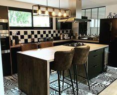 Get impressed with our collection of 10 industrial kitchens! Kitchen Dinning Room, Kitchen Tiles, Kitchen Decor, Elegant Kitchens, Küchen Design, Furniture Makeover, Home Remodeling, Kitchen Remodel, Sweet Home