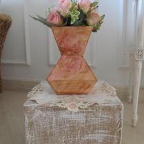 vaso feito de caixa de leite + apoio feito de caixa de papelão.
