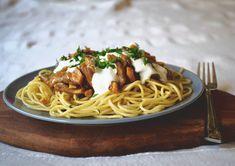 Fűszeres-csípős gombapörkölt spagettivel | Marie Claire Marie Claire, Feta, Spaghetti, Ethnic Recipes, Noodle