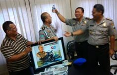 Komandan Provos Polda Jatim itu Terkejut Terima Karikatur Tribratanews Polda Jatim