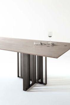 Francesco Rota disegna il tavolo Shade, un armonico abbinamento tra il metallo bronzato della base e il sottile piano a