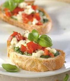 Bruschetta à la Mozzarella et au Pesto - Appetizer Recipes Homemade Bruschetta, Bruschetta Recipe, Tomate Mozzarella, Fresh Mozzarella, Italian Appetizers, Appetizer Recipes, Tapas, The Fresh, Italian Recipes