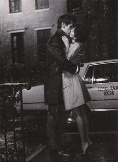 Besarse bajo la lluvia.