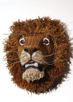 Tête de LionGrandeur nature - Réalisation en perles de verre, fil métallique et fil de téléphone.