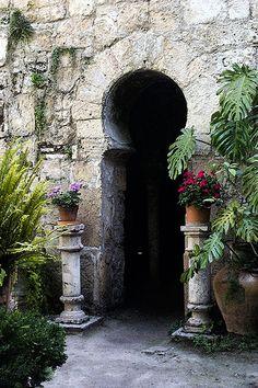 Baños Arabes, Mallorca Los baños árabes son uno de los monumentos más emblemáticos de Palma, en la isla de Mallorca, se encuentra en la calle de Can Serra, n. 7. Son una de las pocas muestras que nos han llegado de la arquitectura musulmana en Mallorca.
