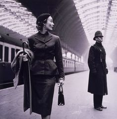 Fashion model Lisa Fonssagrives in Paddington station London by American photographer Toni Frissell.Originally published in Harper's Bazaar 1951 Foto Fashion, 1940s Fashion, Fashion Models, Vintage Fashion, Classic Fashion, Edwardian Fashion, Travel Fashion, Fashion Shoot, London Fashion