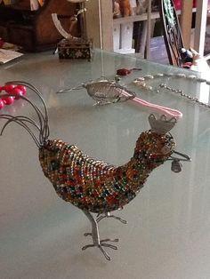 Afrikanische Kunst  Biete hier eine Henne aus Draht mit vielen ganz kleinen bunten Perlen...