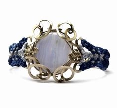 pulsera de metal y macramé con ágata de encaje azul  hilo encerado,metal alpaca,piedra semipreciosa alambrismo,macramé