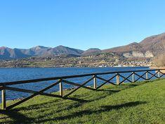 Il lago di Pusiano situato tra le colline della Brianza è meta ideale per passeggiate in tutte le stagioni. In estate è visitabile l'Isola dei Cipressi.