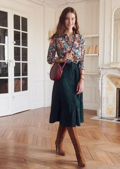 Floral top tucked into jewel tone midi skirt with tall boots Blumentop in edelsteinfarbenem Midirock mit hohen Stiefeln Mode Outfits, Skirt Outfits, Casual Outfits, Fashion Outfits, Womens Fashion, 70s Outfits, Fashion Skirts, School Outfits, Work Fashion