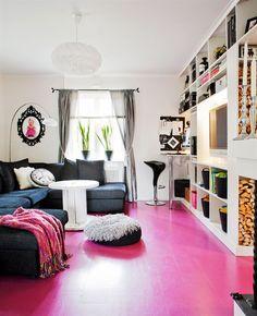 Livingroom/TV room. Pink floor, light walls || vardagsrum färgglatt rosa