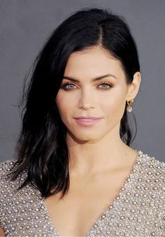 Jenna Dewan Tatum shows off a short, windblown textured hairstyle.