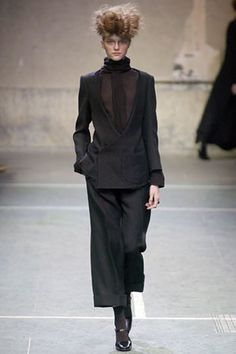 See the complete Yohji Yamamoto Fall 2005 Ready-to-Wear collection.