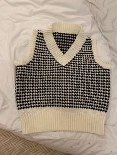 Diy Crochet Projects, Crochet Crafts, Crochet Yarn, Diy Crochet Vest, Crochet Vest Outfit, Knit Vest, Gilet Crochet, Crochet Vest Pattern, Crochet Patterns