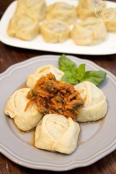 """Ostatnio miałam okazję jeść w """"restauracji"""" duże placko-pierogi zwane mantami. Ponieważ były całkiem smaczne, postanowiłam przygotować je samodzielnie tylko w ulepszonej wersji. Okazało się, że prawdziwe manty po kazachsku powinny mieć inny kształt, a do tego powinny być faszerowane wołowiną lub baraniną – w żadnym wypadku wieprzowiną. Wyszło bardzo smacznie :) Fajne ciasto, aromatyczne mięso...Więcej »"""