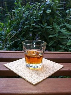 Liquore ai noccioli di nespole | Ricetta di UNA FAMIGLIA AI FORNELLI per creare un liquore con noccioli di nespole: particolare, genuino e digestivo.