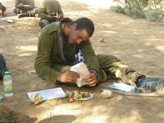 How an IDF soldier eats and survives in the desert.