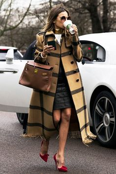 Camel plaid coat, Hermes Kelly bag and red shoes at London fashion week. Looks Chic, Looks Style, Style Me, London Fashion Weeks, Street Chic, Street Style, Mode Cool, Business Outfit, Business Casual