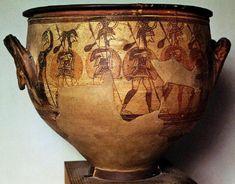 Μεγάλος κρατήρας με παράσταση οπλισμένων ανδρών. Από την οικία του ''κρατήρα των πολεμιστών'' στην Ακρόπολη των Μυκηνών. 12ος αι. π.Χ. Οι άνδρες εικονίζονται σε πλήρη πολεμική εξάρτυση (περικεφαλαία, θώρακα, κνημίδες, ασπίδα, δόρυ). Φαίνεται ότι αναχωρούν για τον πόλεμο με τους σάκους τους δεμένους στην άκρη του δόρατος. Στην άκρη μια γυναίκα υψώνει το χέρι της σε χειρονομία αποχαιρετισμού ή πένθους. Στην πίσω όψη πολεμιστές με ανάλογη εξάρτυση και διαφορετική περικεφαλαία κρατούν τα…