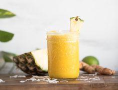 JENGIBRE Y PIÑA Necesitarás: 1 plátano. 1 piña madura. Un trocito de jengibre. 1/2 vaso de yogur griego (o leche). Preparación: Pela el plátano, la piña y el jengibre. Pícalos en trozos y ponlos en un recipiente alto. Añade el yogur y pasa por la batidora. El sabor de la bebida te recordará a la piña colada sin alcohol.