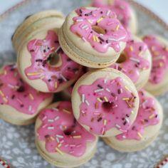 Shared by Carla Bonita Cute Snacks, Cute Desserts, Cute Food, Delicious Desserts, Yummy Food, Pink Snacks, Cookie Recipes, Dessert Recipes, Macaroon Cookies
