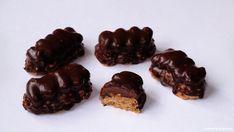 """Tyto rohlíčky mají určitě nespočet variací a názvů. U nás doma jim říkáme """"rohlíčky Dana"""" po příbuzné, od níž jsem získali recept. Z... Czech Recipes, Christmas Cookies, Chocolate, Sweet, Food, Xmas Cookies, Candy, Christmas Crack, Christmas Biscuits"""