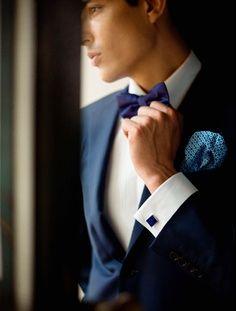 Nog meet strak in 't #trouwpak! #trouwen #inspiratie #bruidegom #blauw www.trouwbeursalkmaar.nl