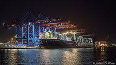 #burchardkai #hamburg #hafen #hamburghafen #hafenbecken #nacht #night #lichter #schiff #frachtschiff #ship #cargoship Find My Pictures, Marina Bay Sands, Picture Show, Public, Ship, Building, Places, Prints, Travel