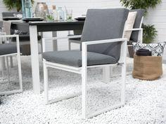 Dankzij de comfortabele armleuningen worden aangename zomeravonden tot een ontspannen moment. De aangename tuinstoel overtuigt met tijdloos design. De stoel heeft een slijtvaste bekleding van grijs textileen. Bovendien wordt een zitkussen met snel drogende schuimstof bijgeleverd. De stoel staat op een stevig aluminium onderstel.  Hoofdeigenschappen: Robuuste afwerking Weersbestendig materiaal Uiterst comfortabele zitting Modern design met praktische functies Garden Dining Set, Dinning Set, Garden Chairs, Grey Chair, Outdoor Cushions, Modern Design, Decor Styles, Dining Chairs, Furniture