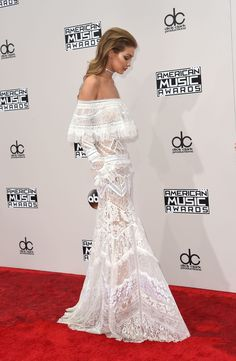 Gigi Hadid Wore the Wedding Dress of Your Dreams on the AMAs Red Carpet