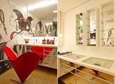 Espaço que a esposa de Paulinho usa para se maquiar, todo espelhado, inclusive as gavetas e portas dos armários (Foto: Victor Affaro)