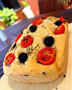 Focaccia de tomate aceitunas y orégano {Seguimos aprendiendo a hacer panes}