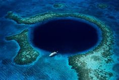 The Great Blue Hole, Belize. The Great Blue Hole is a large submarine sinkhole off the coast of Belize. It is about 125 meters deep and its diameter is about 300 meters wide. It is one of the world's most recognizable natural wonder. Tikal, Isla Vaadhoo, Maya Tempel, Great Blue Hole, Belize Barrier Reef, Places To Travel, Places To Visit, Flora Und Fauna, Ambergris Caye
