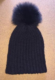 Μαύρο χειροποίητο πλεχτό μάλλινο σκουφάκι με πραγματικό γούνινο μαύρο πομ πομ / Black handmade knitted woolen hat with real fur black pom pom
