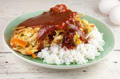 Een foe yong hai kennen de meeste van de afhaalchinees, maar maak het eens thuis. Een omelet boordevol groenten geserveerd met een heerlijke saus en rijst.
