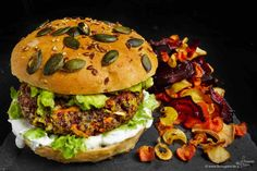 Burger mit Quinoa, Vollkorn-Bun und geröstetem Gemüse