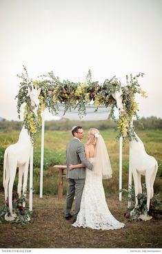 Okay, okay, are those giraffes holding the arbor? A chic Lion King-inspired wedding, perhaps? Bush Wedding, Wedding Pics, Wedding Ideas, Lion King Wedding, Tanzania, Africa Safari Lodge, Safari Wedding, South African Weddings, Destination Wedding Locations